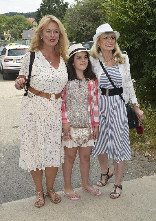 Herečka si vyrazila do společnosti s maminkou a dcerou Larou.