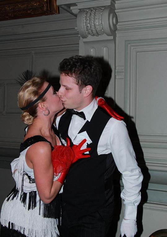 Takhle spolu cukrovali před rokem na plese v Bruselu.