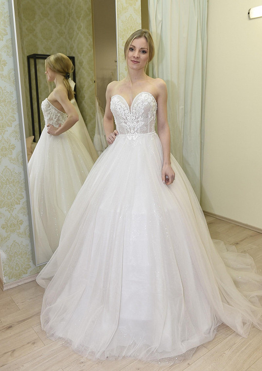 Nikola na zkoušce svatebních šatů. Nakonec žádné neoblékla.