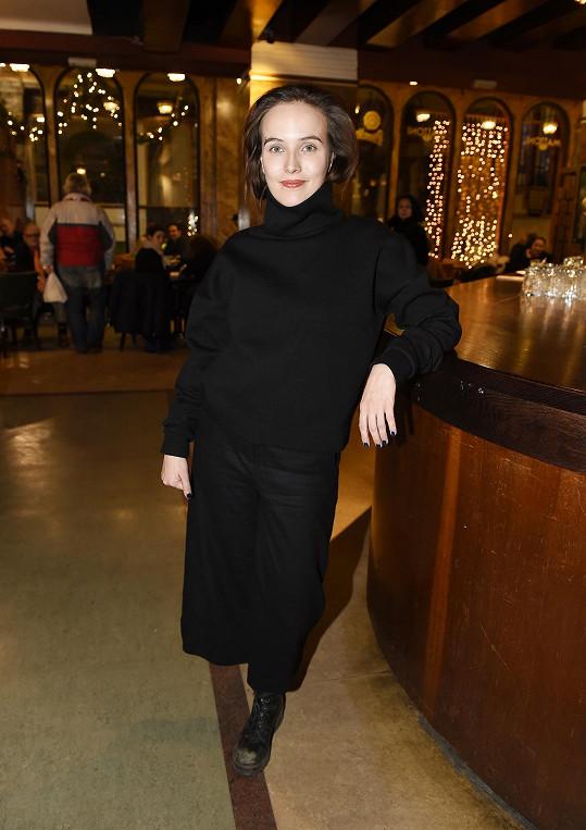 Takhle byla herečka původně oblečená, než se jí udělalo horko.