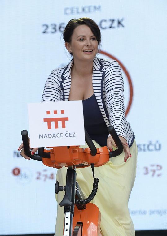 Ve Varech také šlapala na kole pro dobrou věc. I s pověstným dekoltem...