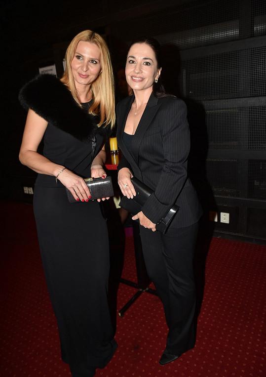 Ivana Gottová a Michaela Kuklová se shodly v barevnosti, Ivana model vylepšila kožešinou.