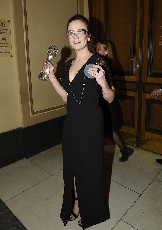 Petra Špalková v černých šatech a extravagantních brýlích převzala cenu za nejlepší ženský herecký výkon ve vedlejší roli ve filmu Bába z ledu.