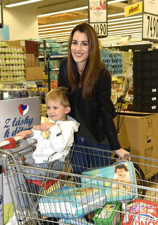 Nákupem konkrétních produktů ve známé síti supermarketů Lucka podpořila projekt Červeného kříže Z lásky k dětem. Akce trvá do 7.10.