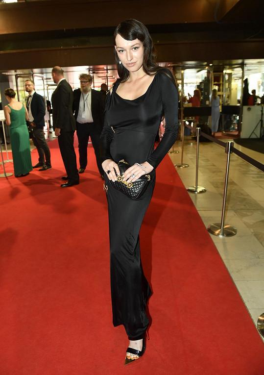 Vanda oblékla na zakončení filmového festivalu celý look od značky Versace.