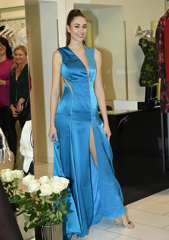 Denisa předváděla modely v butiku Natali Ruden.