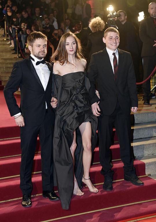 Jiří Mádl s Eliškou Křenkovou na červeném koberci (vpravo Eliščin kolega z filmu Všechno bude Tomáš Mrvík)