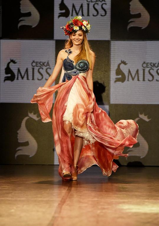 V tomto národním kostýmu bude na Miss Earth reprezentovat.