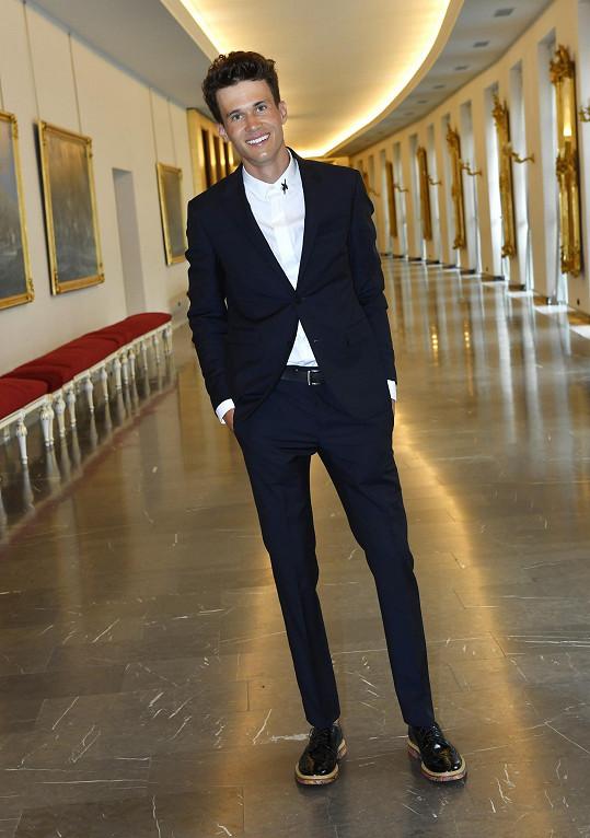 Byť dress code na tuto opulentní akci předepisoval smoking, rocker Albert Černý dal za vděk ležérní variantou v podobě obleku v námořnické modré doplněný košilí s límcem zdobeným výšivkami a robustním obutím.