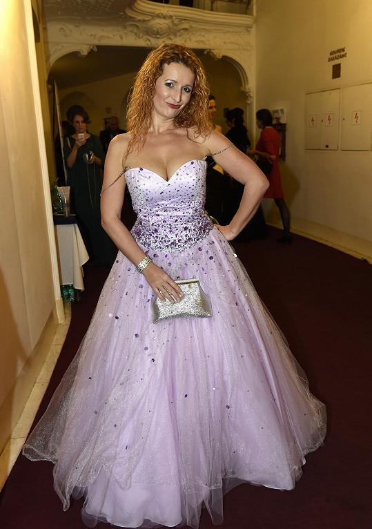 Členka tria Inflagranti si šaty prý přivezla z Ameriky. Předpokládáme, že si je pořídila v prodejně s halloweenskými kostýmy.