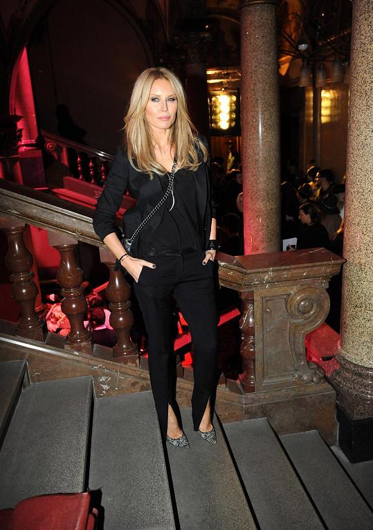 Outfit pro Simonu Krainovou vybraly stylistky v kolekci Silverline českého řetězce Pietro Filipi.