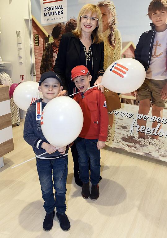 S dvojčaty byla na otevření dětského obchodu i Štěpánka Duchková.
