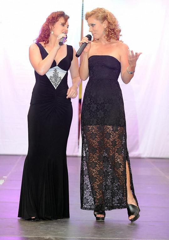 Míša s Eliškou spolu zpívají několik duetů.