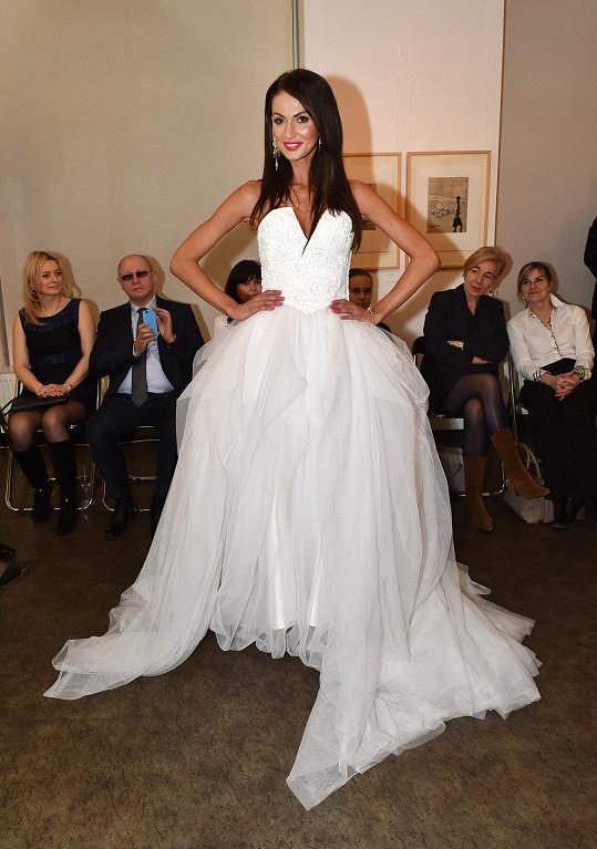 Eliška ve svatebních šatech na módní přehlídce