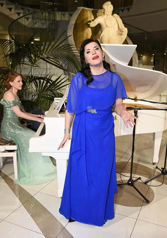 Zpívala v nich za doprovodu klavíristky Lucie Tóth na online jarním koncertě, který pořádala Monika Trávníčková.