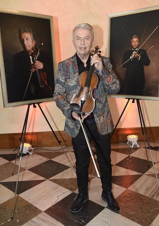 Svěcený hraje na osmery housle, tyhle jsou italské značky Finolli z 18. století.