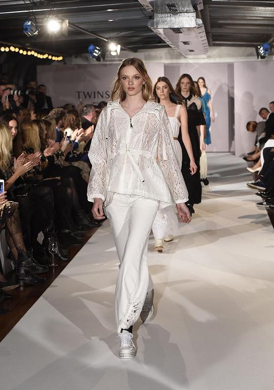 Všichni vyrazili na módní přehlídku milánského módního domu Twinset.