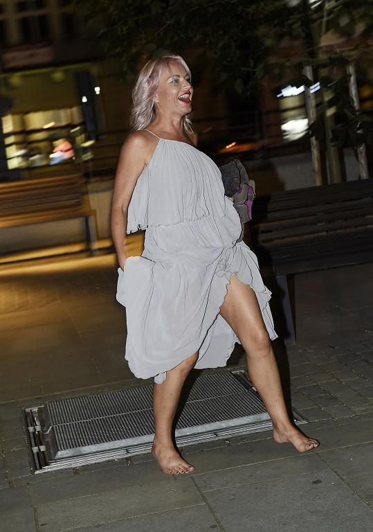 V nočních hodinách už běhala bez bot.