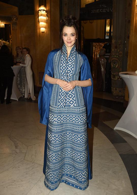 Později se převlékla do šatů z látky tkané v Bhútánu.