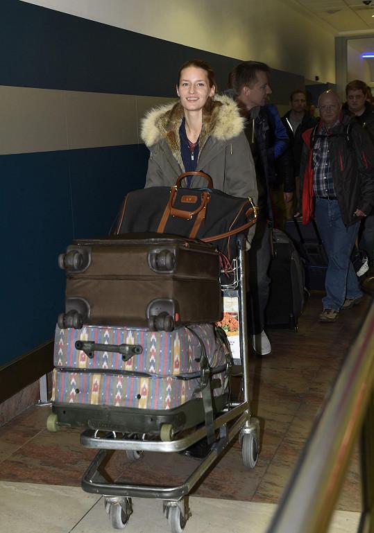 Už z velikosti a množství zavazadel bylo jasné, že modelka přiletěla na delší dobu.