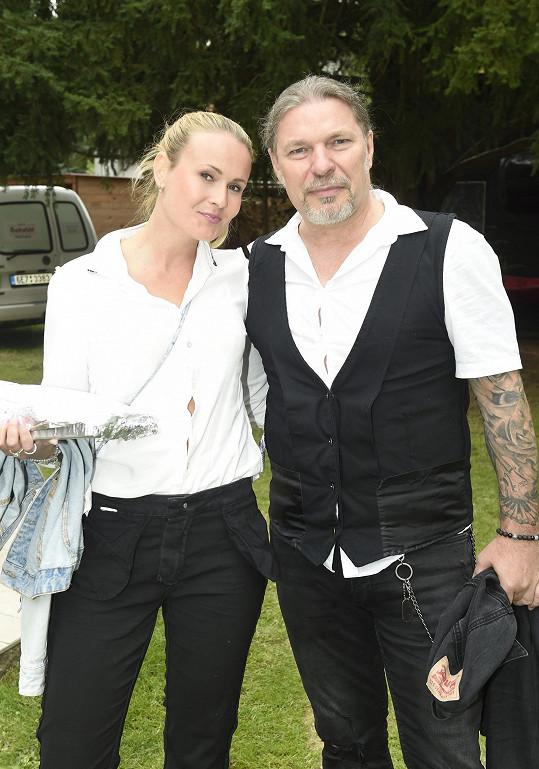 Na večírku se objevil i zpěvák Petr Kolář s přítelkyní