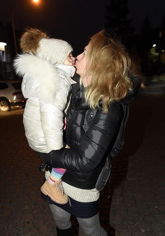 Olga Menzelová s mladší dcerkou Evičkou