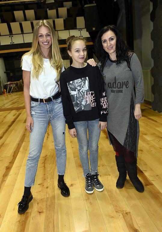 Radka v představení Horečka úterní noci zpívá mimo jiné s Katkou Ujfaluši. Na snímku také Veronika Kašáková