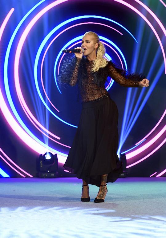 V tomhle kostýmu zpívala Dara své staré písničky.