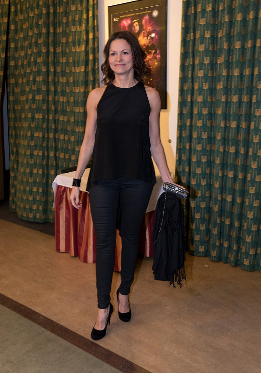 Klára Melíšková vsadila na klasiku - černé cigaretové kalhoty a černý top se stejně zbarvenými doplňky. Neurazí, ale ani nepotěší.