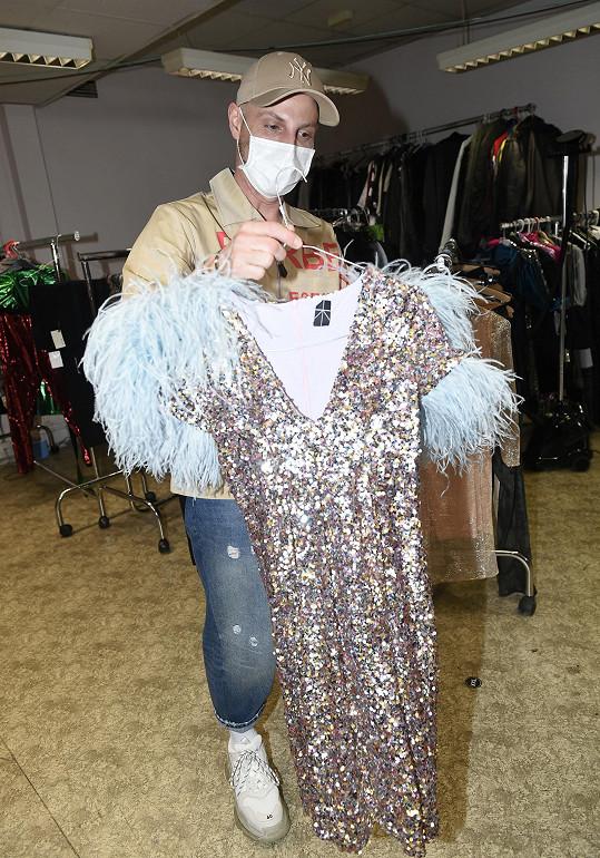 Modely, které obléká v SuperStar, vybírá Filip Vaněk. Většinu z nich navrhuje designérka Zuzana Kubíčková.
