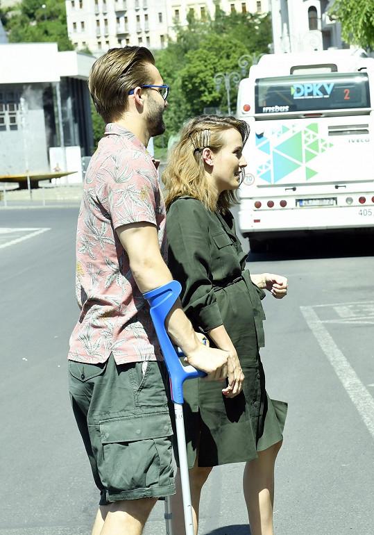 Těhotenské bříško už bylo hodně výrazné i na filmovém festivalu ve Varech.