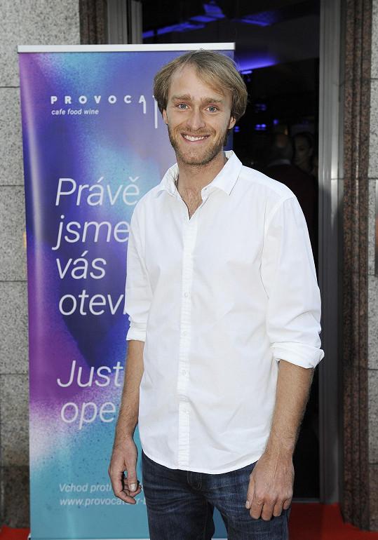 Jakub Vágner dorazil na párty sám, Eliška balila na dovolenou.