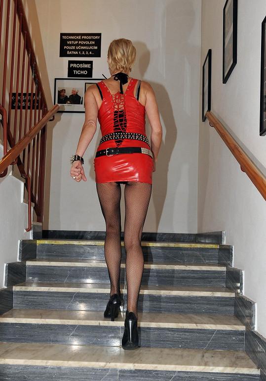 Vzhledem k mini délce bylo vidět i to, jaké má Renata kalhotky.