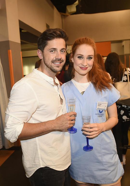 V seriálu Sestřičky je obklopen krásnými ženami, například mladou herečkou Natálií Halouzkovou.