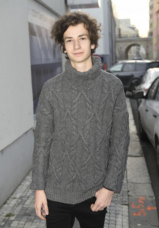 Antonio Šoposki nastupuje do seriálu Ulice v roli sečtělého puberťáka.