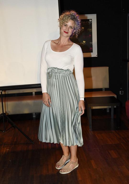 Kateřina Pechová si plisovanou sukni nevybrala úplně ideálně.