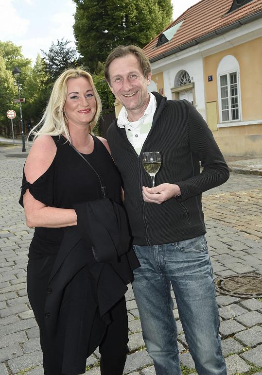 Vinul se k půvabné blondýnce Šárce.