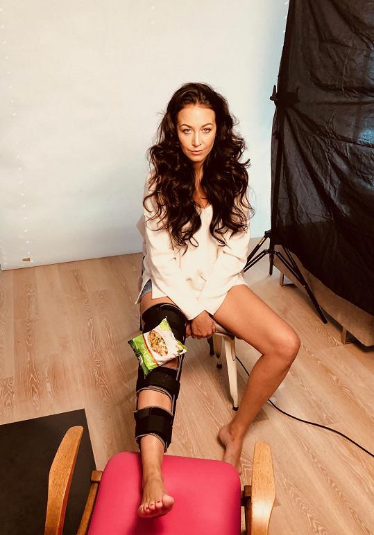 Agáta fotila kampaň i se zlomenou nohou.
