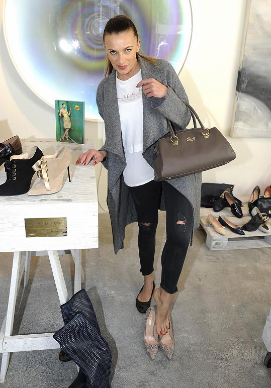 Alice na otevření butiku s italskou obuví
