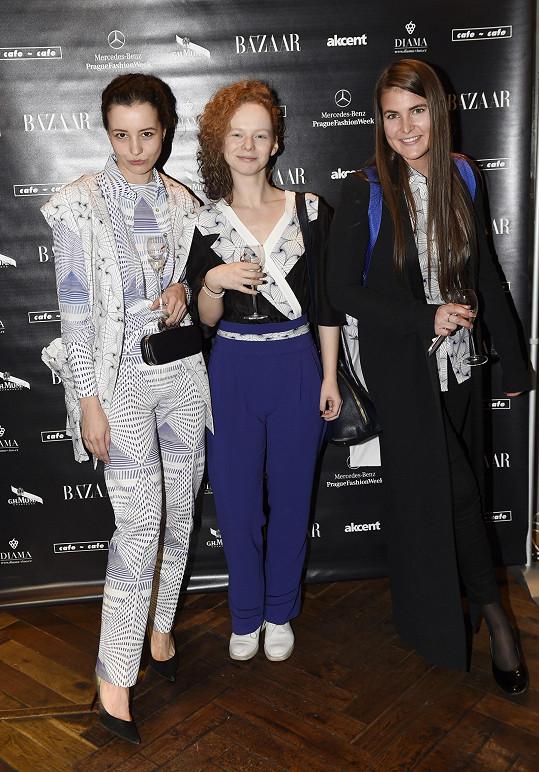 Anna Linhartová s kamarádkami. Na modelech si daly záležet.