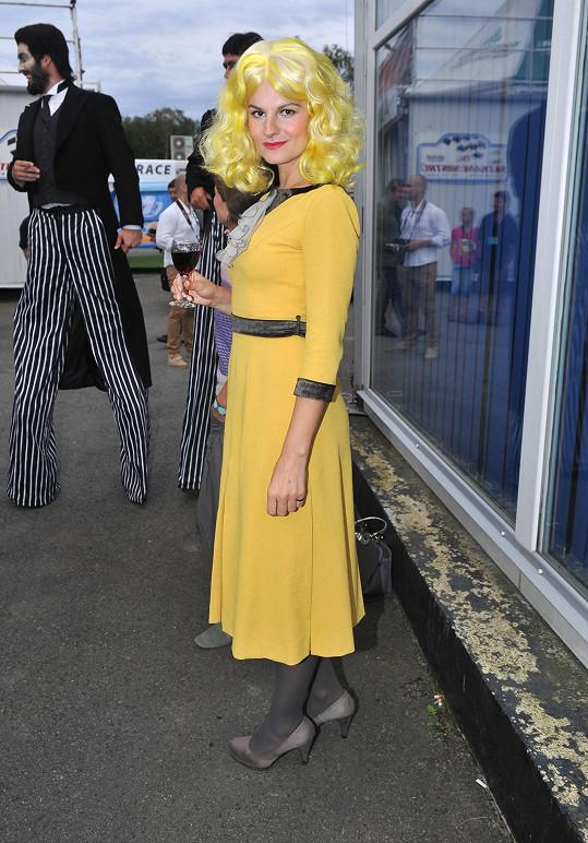 Iva Pazderková v kostýmu muzikálu Addamsova rodina