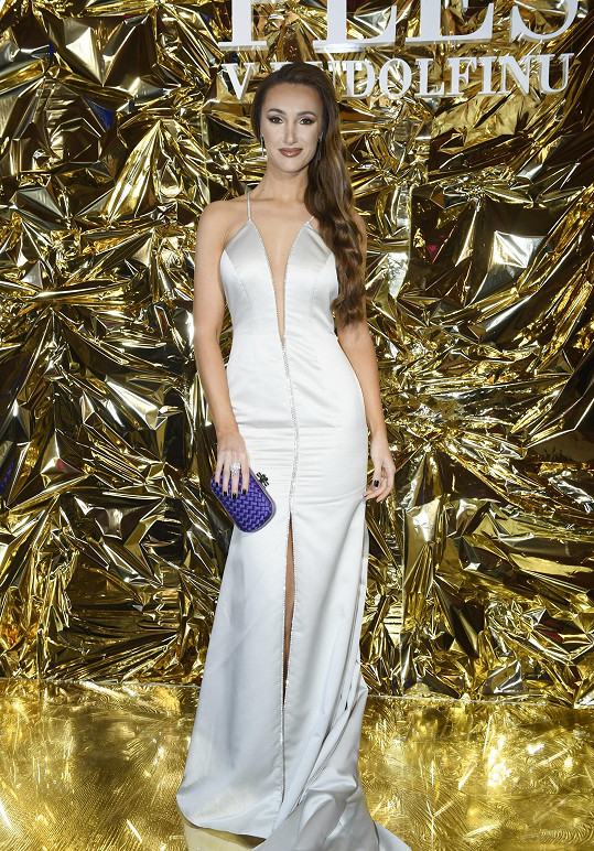 Stylista Sam Dolce vybral pro Taťánu Makarenko šaty od návrhářky Mirky Horké. Komponenty Preciosa ladily s briliantovými šperky Gismondi z kolekce Cascata. Psaníčko Knot od Bottega Veneta působí naopak kontrastně.