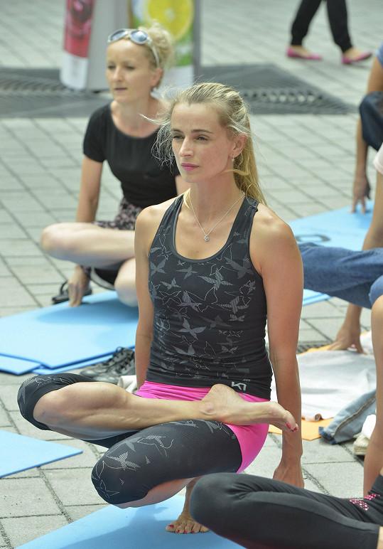 Ivana už je na cvičení jógy závislá a zlanařila spoustu známých tváří.