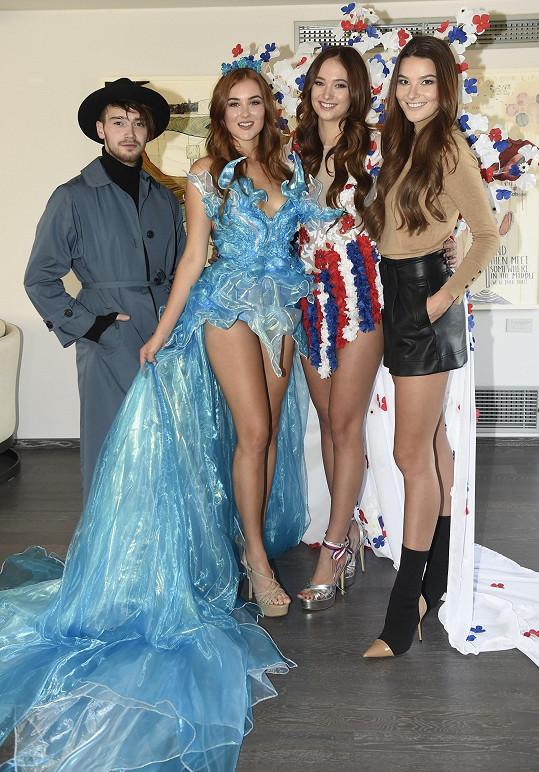 S Leou Šteflíčkovou odlétají na světové soutěže. Na fotce s návrhářem národních kostýmů Davidem Hanykýřem a Nikol Švantnerovou.