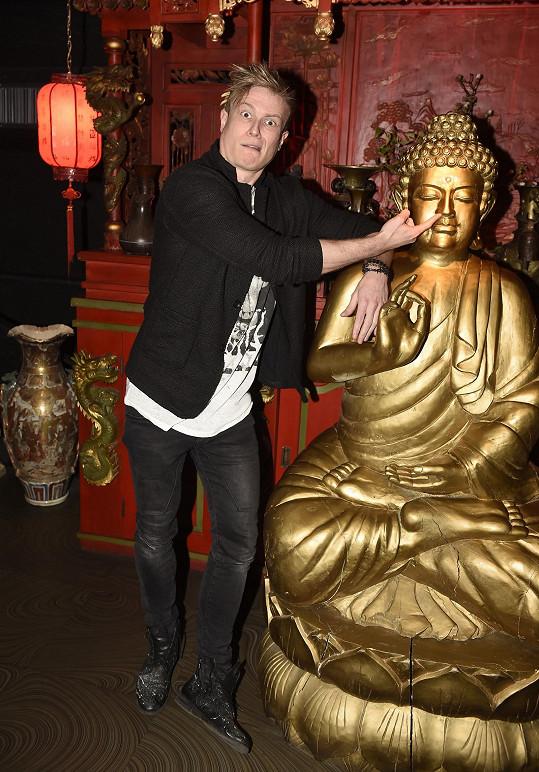 Miro si zapózoval i s místní sochou.