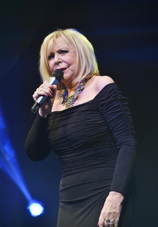Zazpívala píseň z muzikálu Jack Rozparovač, v němž tam účinkovala.