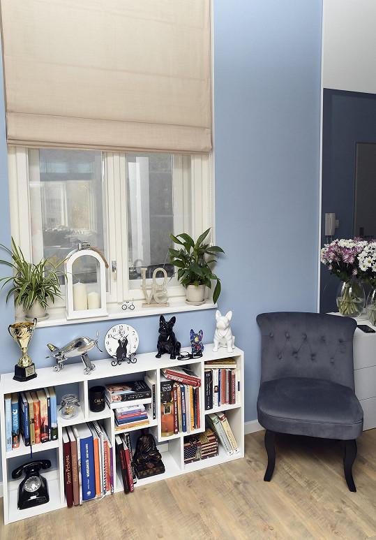 Už při vstupu do bytu je patrné, že si majitelé potrpí na vkusné doplňky.