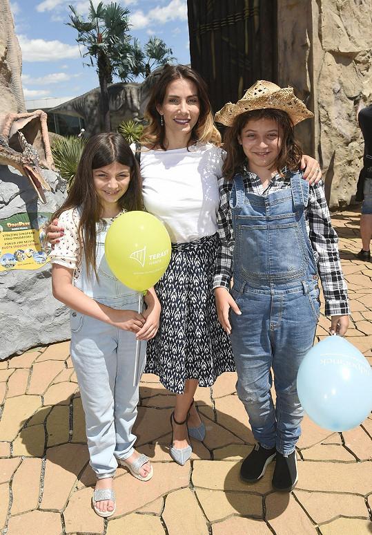 Eva s dětmi Michalem a Zuzkou hrají v seriálu Slunečná.