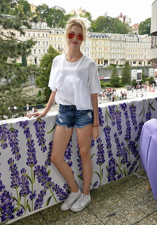 Kateřina Klausová na odpolední večírek zvolila ležérní outfit.