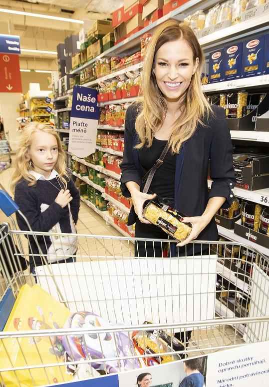 S nákupem do Národní potravinové sbírky pomáhala dcera Ráchel.
